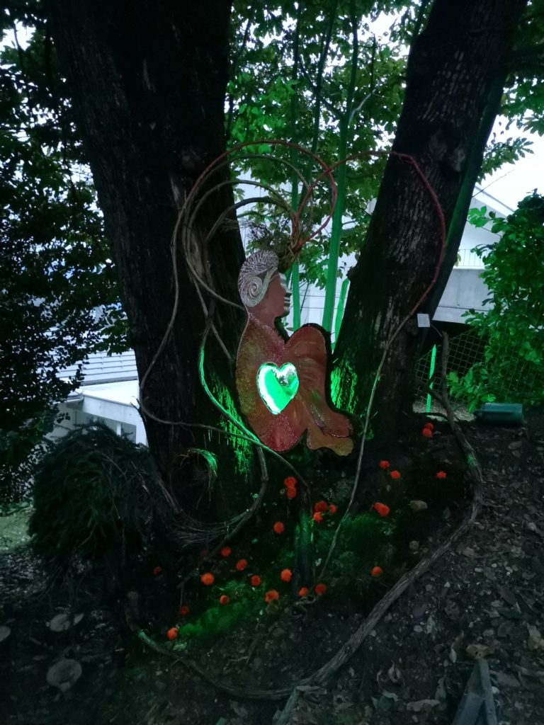 Mya Lurgo, Il Principe del Bosco. Legno sagomato, muschio, liane, LED. Ottobre 2020.