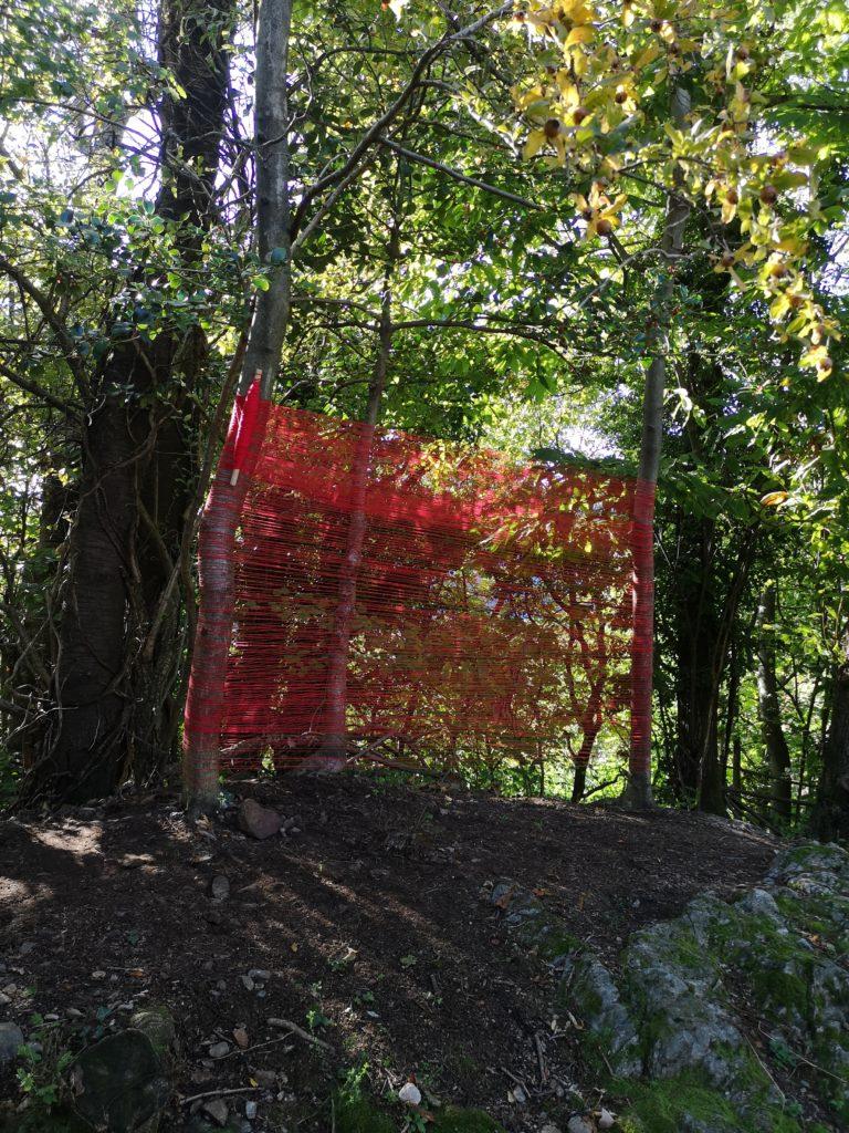ITINERARIO 1 - Natascia Melis Three Trees. Performance attorno a tre alberi. Tessitura di un filo in cotone, tinto con colori vegetali. Ottobre 2020